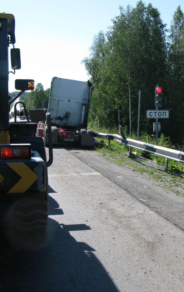Lastbil i räcket