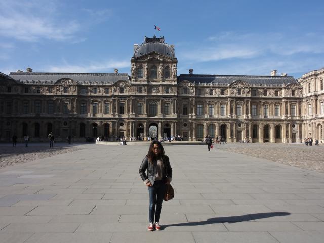 Framför Louvren