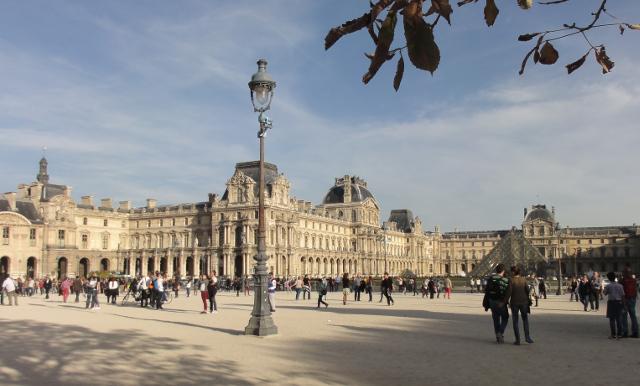 Louvren från utsidan